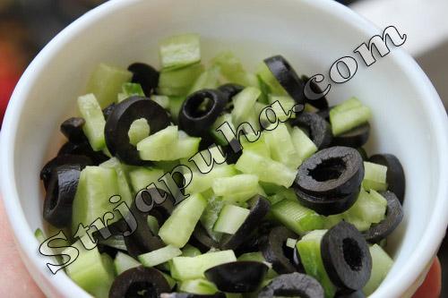 Салат огуречный с маслинами