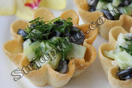 Салат огуречный с маслинами в йогуртной заправке