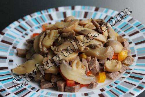 Салат из говяжьего языка с грибами и сладким перцем