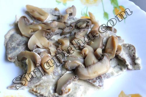 Теплый салат с языком, грибами и орехами