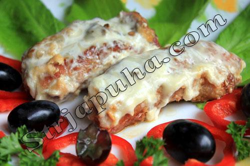 Рулетики мясные (с фета, грибами и оливками) в сметано-сырном соусе