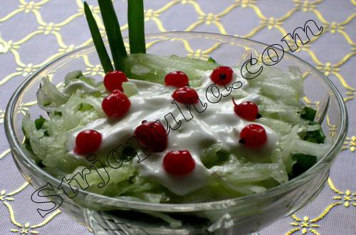 Салат «Вздох весны» с огурцом и луком