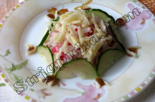 Салат из огурцов с редисом и сыром