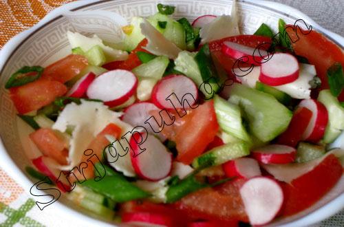 Салат овощной с редисом и пармезаном