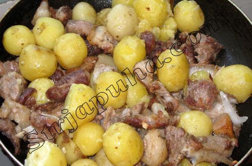 Молодой картофель со свининой по-деревенски