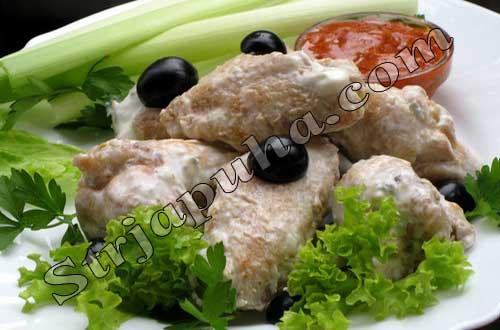 Куриные крылышки, тушеные в сметано-яблочном соусе