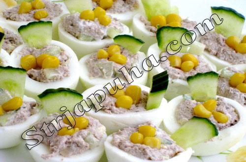 Яйца фаршированные телятиной и огурцом