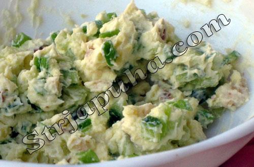 Яйца, фаршированные зеленым луком и огурцом